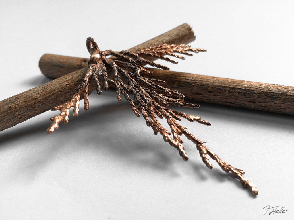 ring schmuck kette guß guss gießen metall wachs bronze silber natur libelle schmuckstück unikat wacholder zweig nadel immergrün